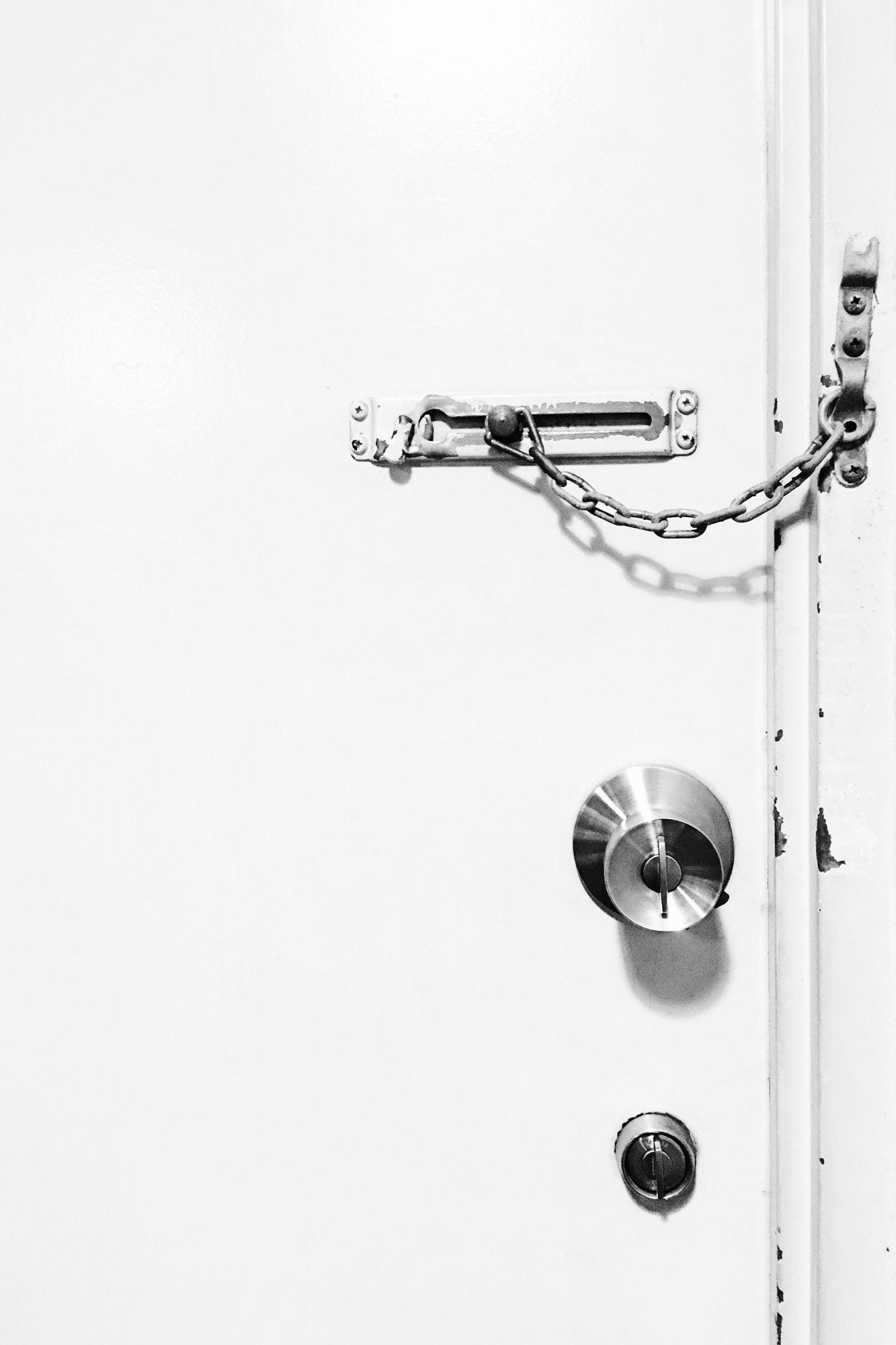 Gammel kædelås til dør kan nemt udskiftes