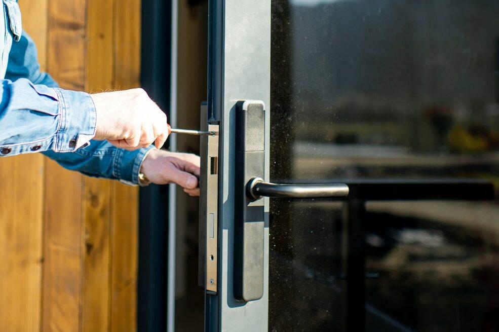 Komplet lås til hoveddør af låsesmed i København