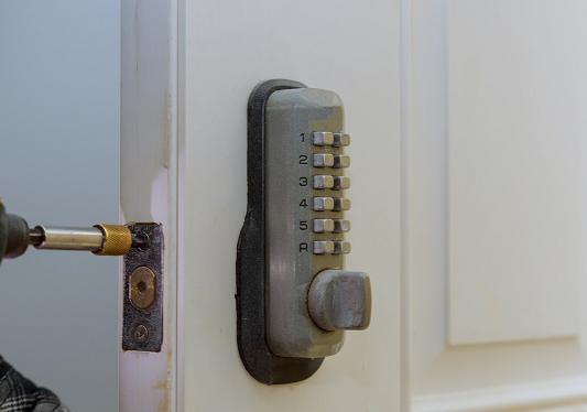 Montering af kodelås en ekstralås som kan sidde både i og udenpå døren - På billedet ser du en ældre type af kodelås