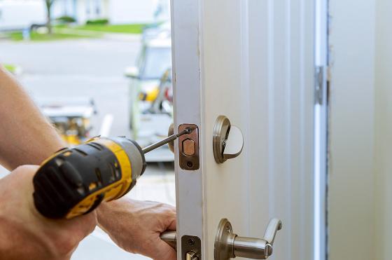 Billedet viser når en låsesmed monterer en dobbelt cylinderlås, en ekstra lås som sidder i døren sammen med en låsekasse