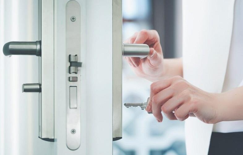 Låsesmed i København til alt i låseservice, privat og erhverv - Billedet demonstrer en kvinde der åbner en lås