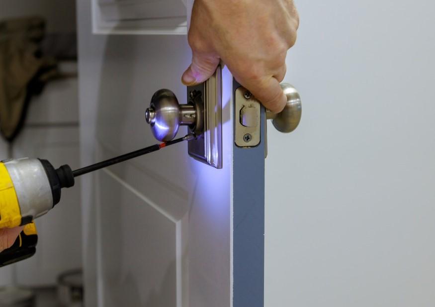 Her monterer vores dygtige låsesmed Ballerup en sikker lås for en kunde.