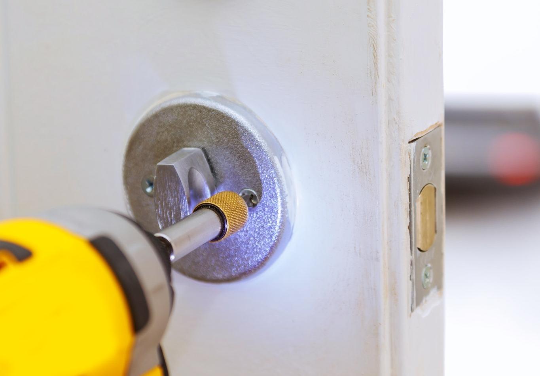 Låsesmeden i Ishøj monterer lås for kunde
