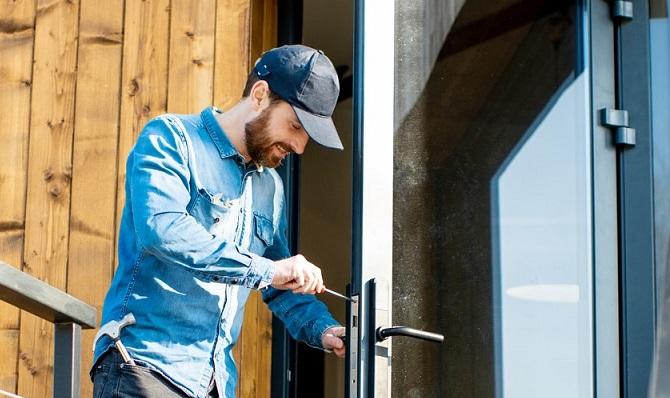 Vores Låsesmed Emdrup monterer en låse for en boligforening.